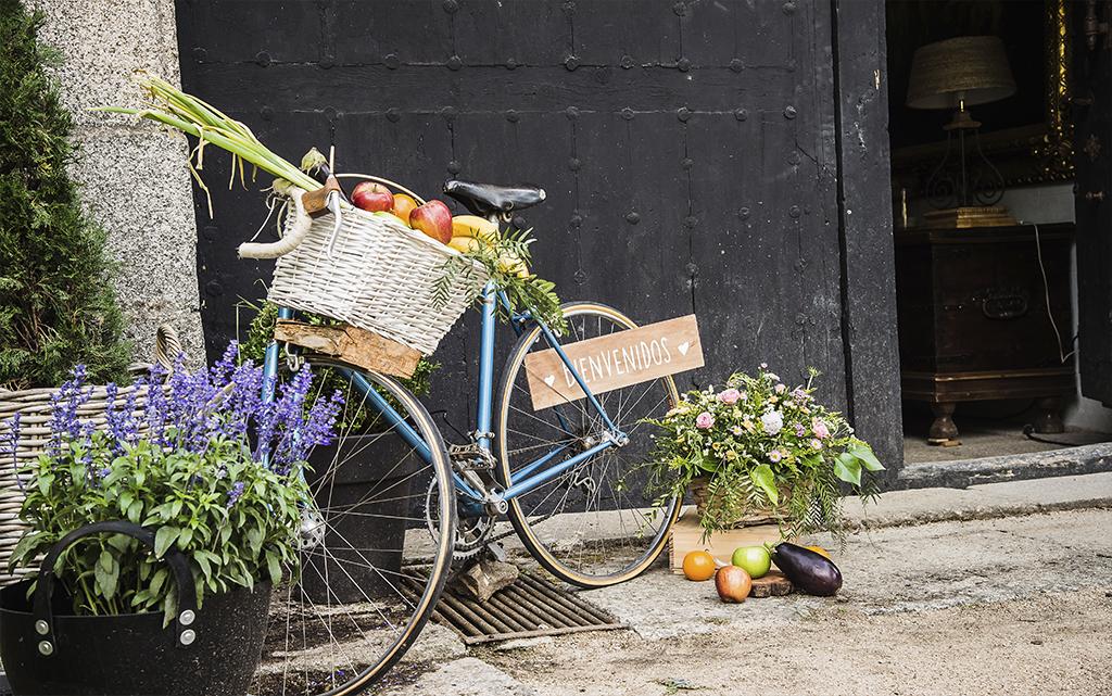 Detalle bienvenida Boda Palacio CarlosIII bicicleta y frutas